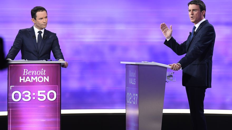 Los aspirantes a la candidatura del Partido Socialista francés para las elecciones presidenciales, Benoît Hamon y Manuel Valls, durante un debate.