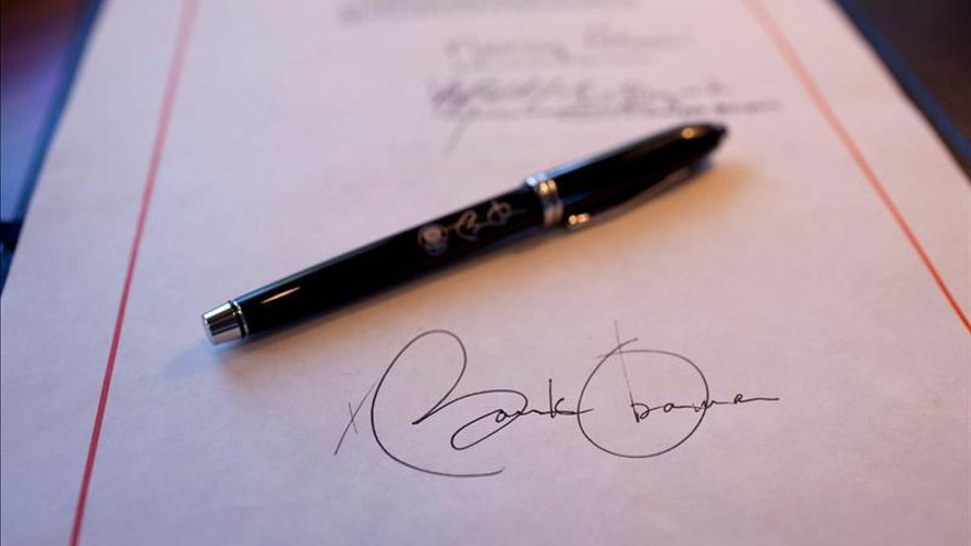 Obama firma ley de defensa pese a que restringe el cierre de Guantánamo