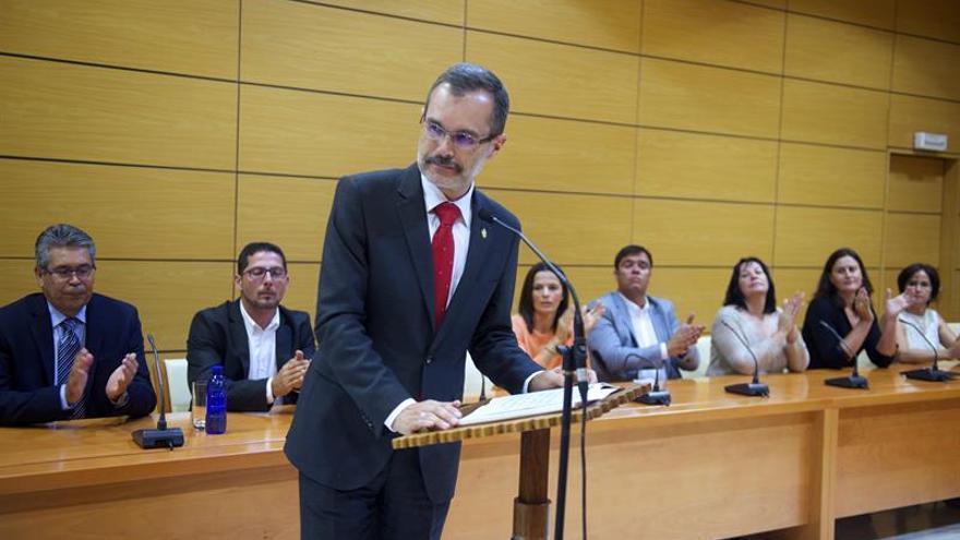 El nacionalista Marcial Morales, de CC, toma posesión como presidente de el Cabildo de Fuerteventura, hoy en Puerto del Rosario. E