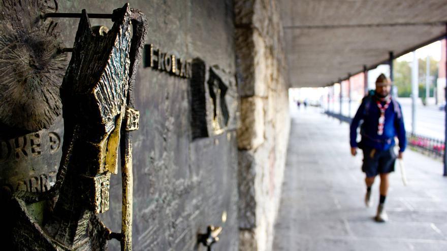 Esculturas en una de las puertas de la Basílica de la Virgen del Camino.