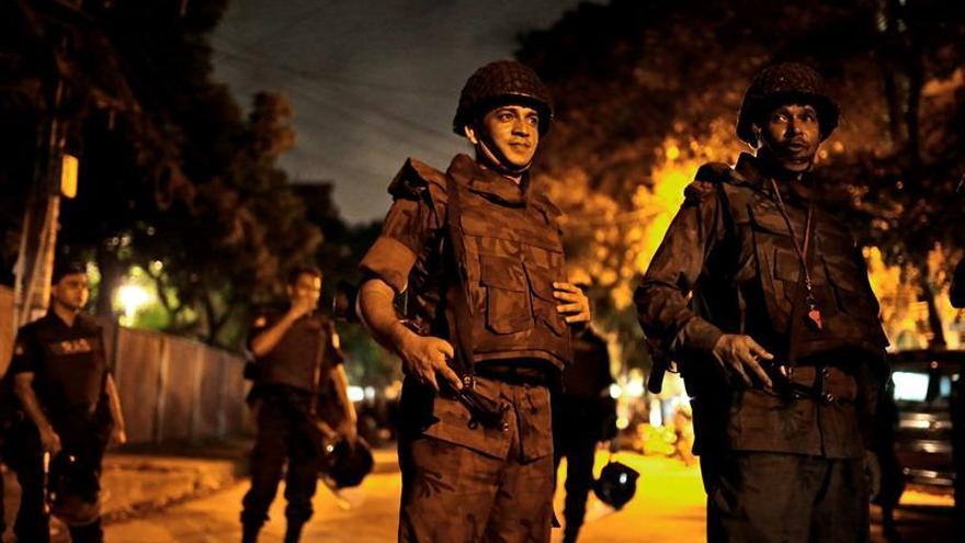 Al menos 20 rehenes muertos en el ataque a un restaurante en Dacca