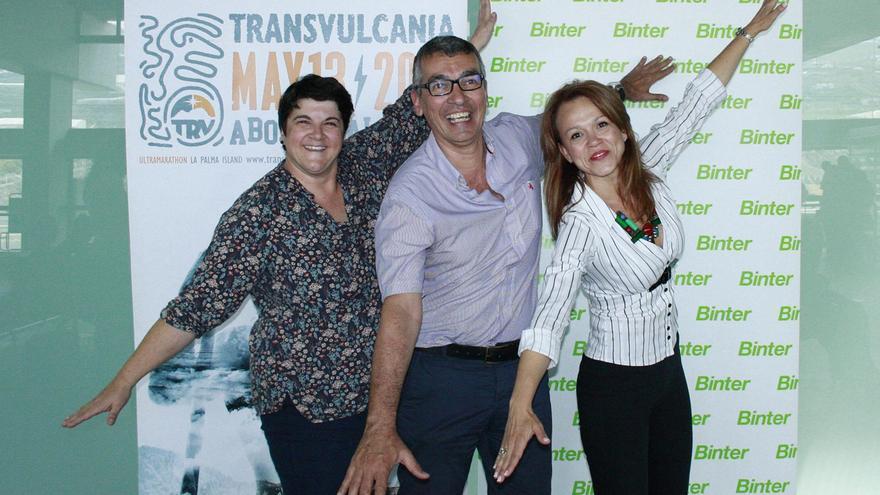 Ascensión Rodríguez,  consejera de Deportes del Cabildo de La Palma; José Rodríguez Escudero, delegado de Binter en La Palma, y Noelia Curbelo, jefa de Relaciones Institucionales y Comunicación de Binter.