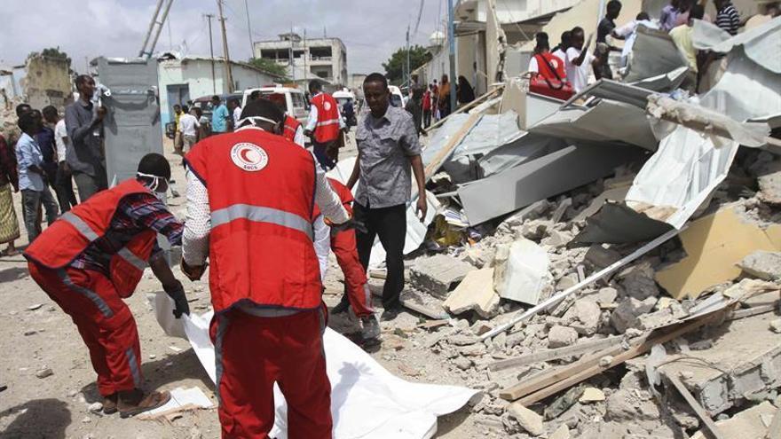 Varios muertos por 3 fuertes explosiones y tiroteos en la capital de Somalia
