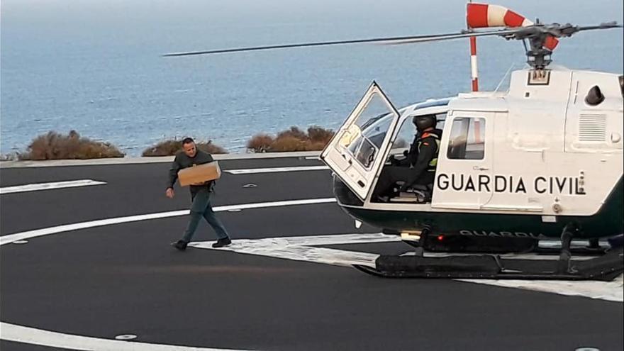 Helicóptero de la Guardia Civil con el material sanitario.