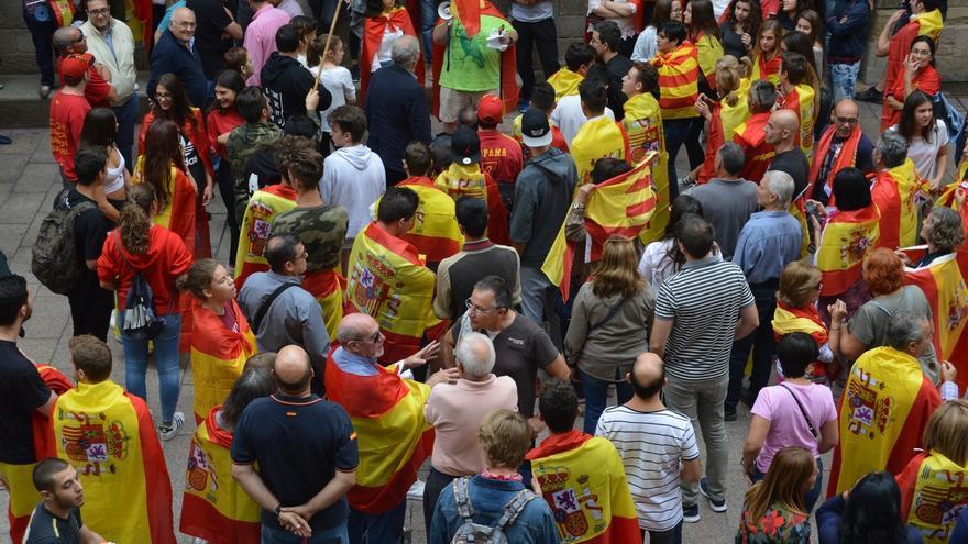 Decenas de personas se manifiestan en Lleida contra el referéndum coreando 'Soy español'