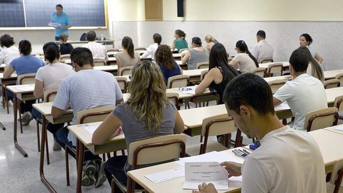 Opositores en un examen. / EFE