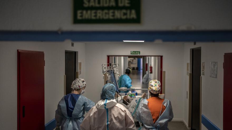 Un paciente convaleciente por COVID-19 es trasladado dentro del hospital de la Princesa.