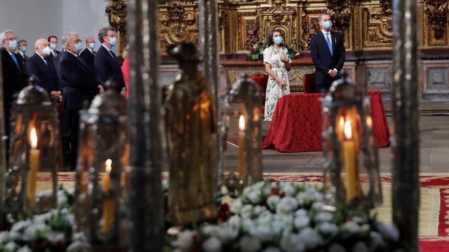 Los reyes llegan a Santiago entre aplausos para hacer la ofrenda al Apóstol