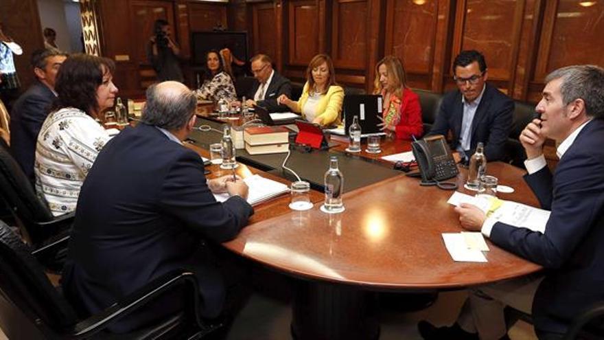 El presidente del Gobierno de Canarias, Fernando Clavijo (d), el vicepresidente, Pablo Rodríguez (2d), y los consejeros durante la reunión del consejo de gobierno, celebrada en Las Palmas de Gran Canaria. EFE/Elvira Urquijo A.