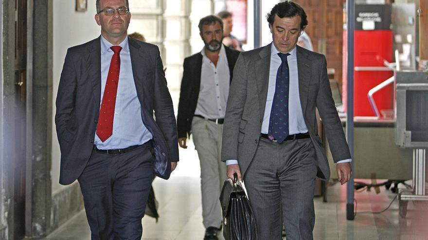 El juez César Romero Pamparacuatro y su abogado a la salida del Tribunal Superior de Justicia de Canarias. Foto: Alejandro Ramos