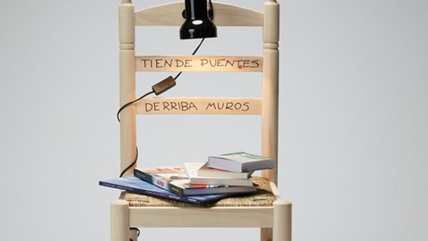 La silla de Leticia Dolera 'Tiende puentes, derriba muros'.