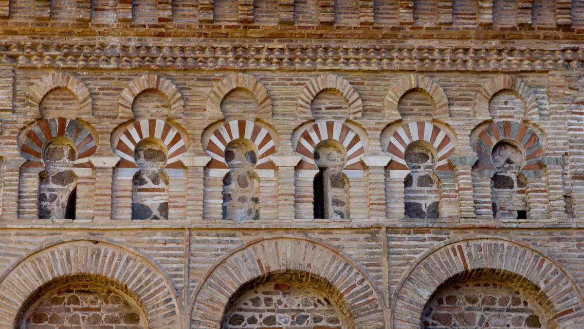VIrtuosismo en el uso del ladrillo. Detalle de una de las fachadas de la Mezquita del Cristo de la Luz.