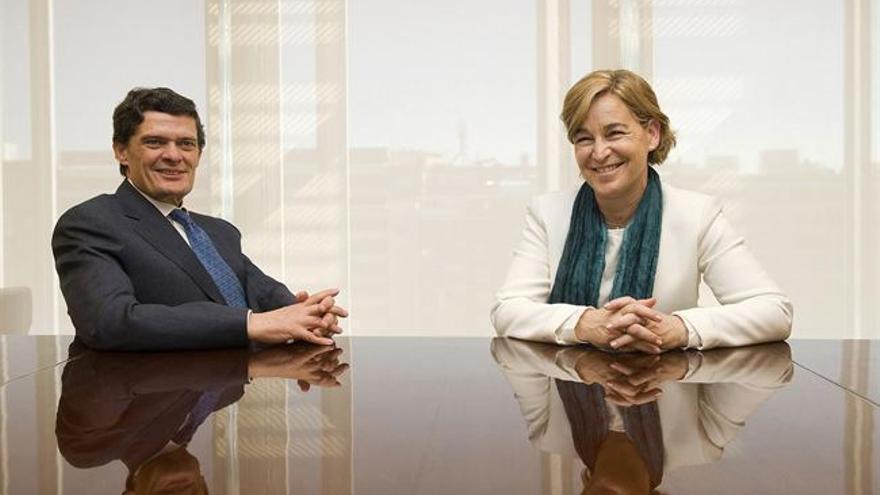 El nuevo consejero delegado del 'banco malo', Jaime Echegoyen, junto a la presidenta de la entidad, Belén Romana