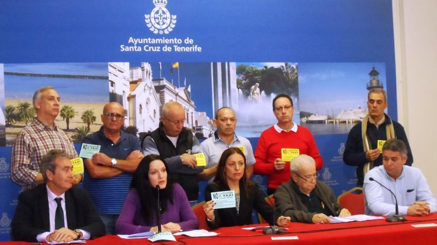 Cristina Tavio y otros miembros del grupo popular en el Ayuntamiento y representantes de parte del colectivo del taxi en Santa Cruz.