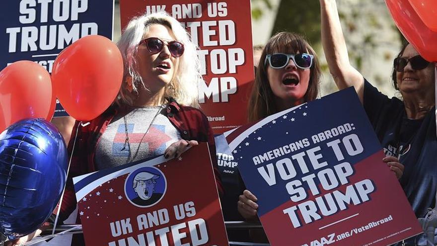 Una campaña en Londres pide votar contra Trump a los expatriados de EEUU
