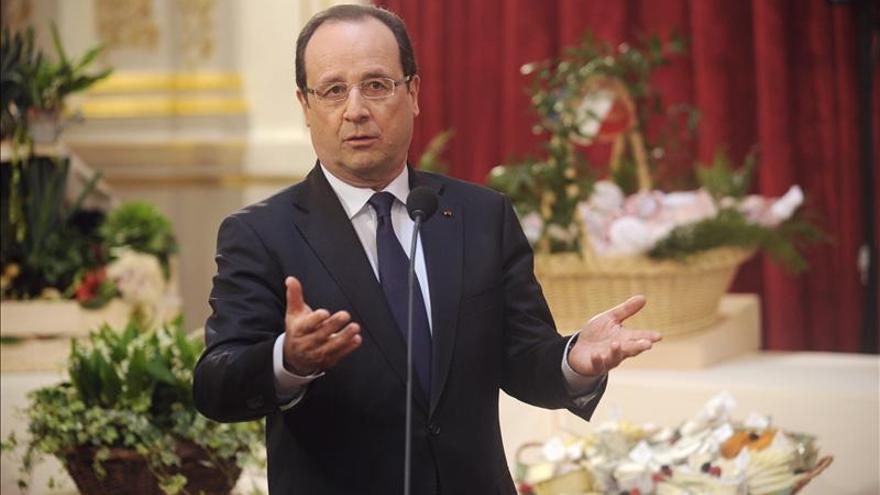 Hollande cumple un año de mandato diezmado por la crisis y la impopularidad