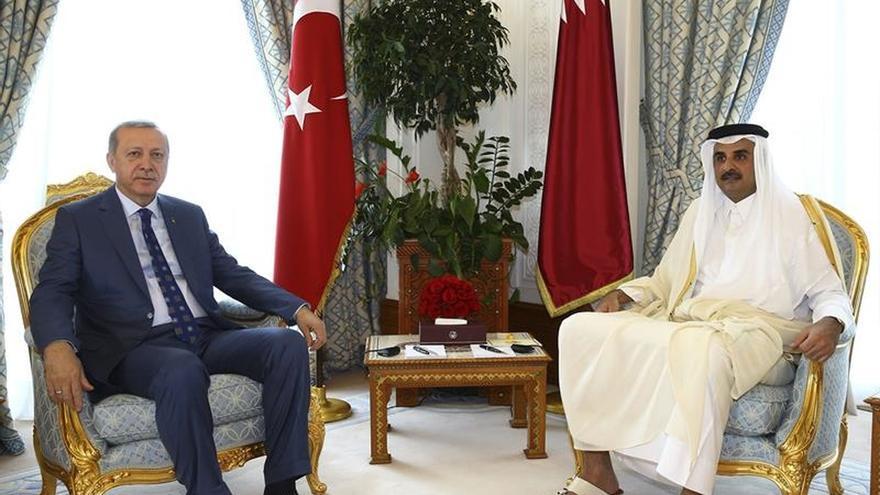 Erdogan se reúne en Doha con el emir de Catar tras visitar Arabia Saudí
