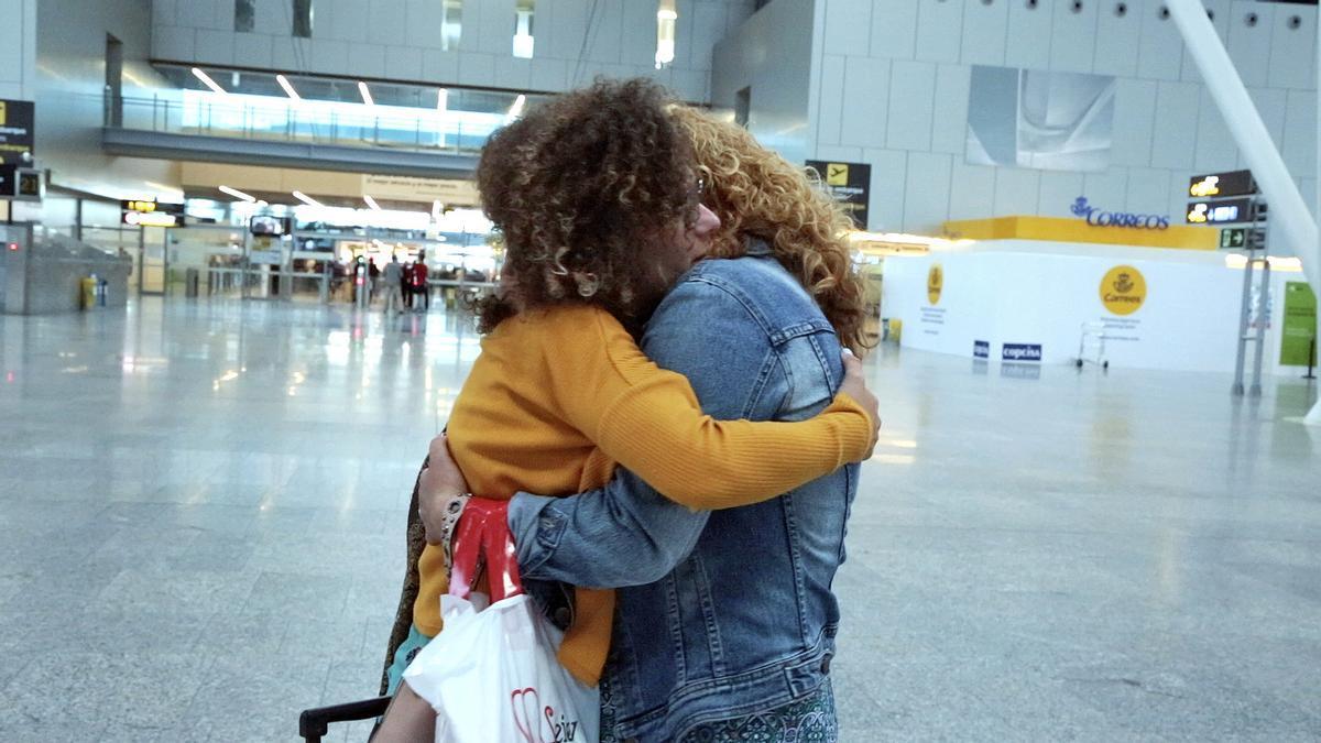 Abrazo en el aeropuerto de Santiago de Compostela, una imagen de la película documental 'Entre dos tierras' sobre el luto migratorio