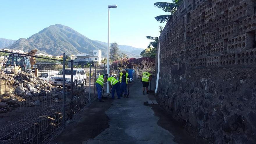 Imagen de archivo de obras de asfaltado y mejora de de la red de abastecimiento de agua en Camino el Alamo, en Argual.