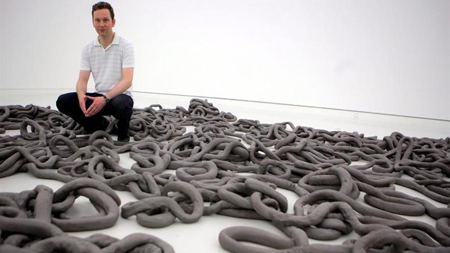 La plaza de Trafalgar presenta una nueva escultura del artista David Shrigley