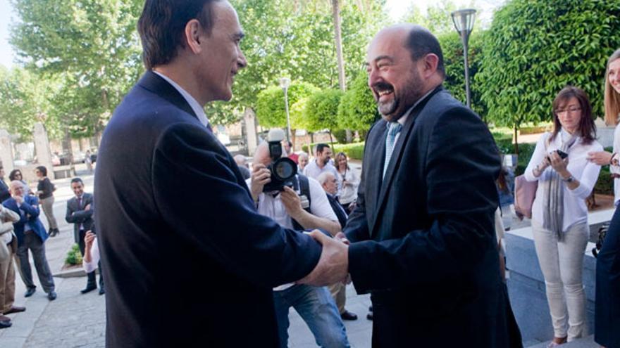 Torres y Villamandos se saludan en la puerta del Rectorado | MADERO CUBERO