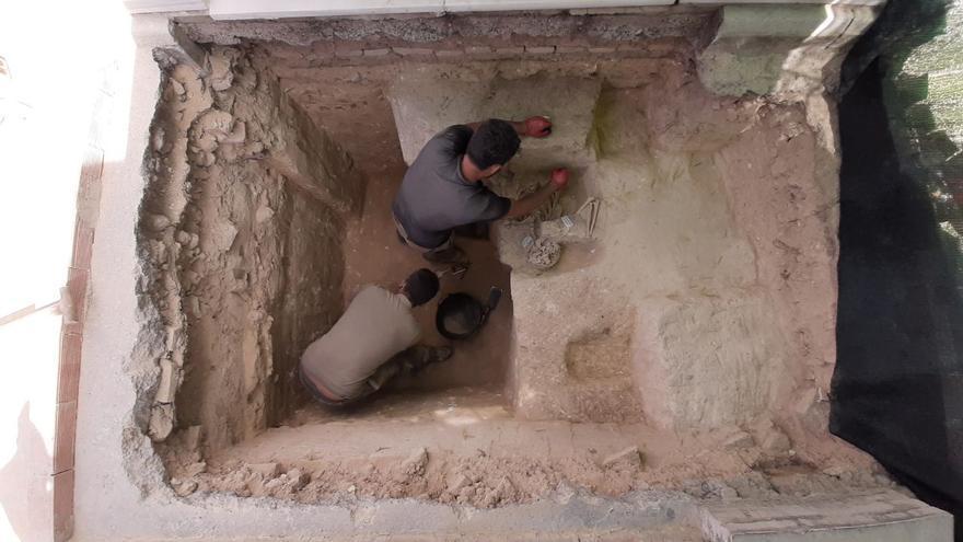 Jesús Román trabaja en la fosa del cementerio de Salteras en la que buscan los cuerpos de varios fusilados en 1936.
