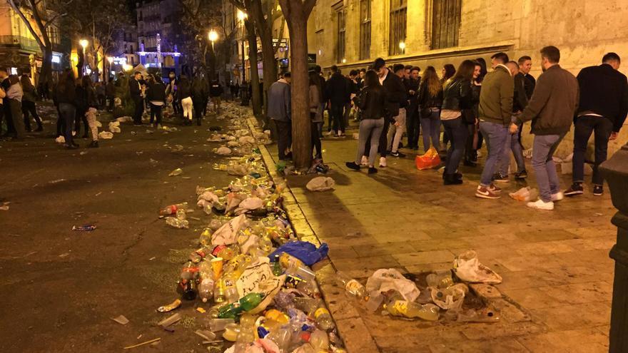 Así estaba la plaza del Mercado y la Lonja tras la verbena de la falla de la Plaza del Mercado