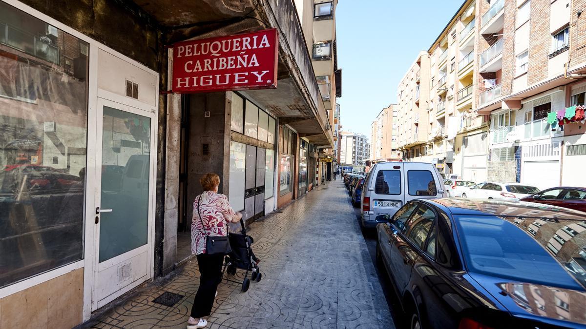 Una vecina realiza sus compras en el barrio de La Inmobiliaria de Torrelavega.