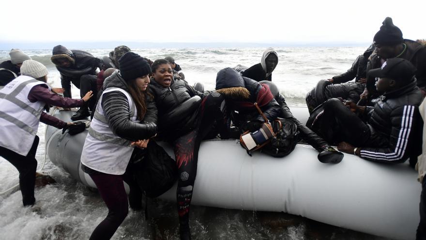 La guardia costera ayuda a personas migrantes y refugiadas en un bote con el motor dañado a llegar al puerto deThermi © REUTERS / Alkis Konstantinidis