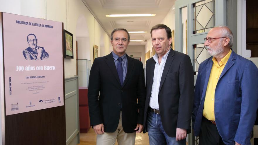 Carlos Buero (centro) con el director de la biblioteca y el viceconsejero de Cultura