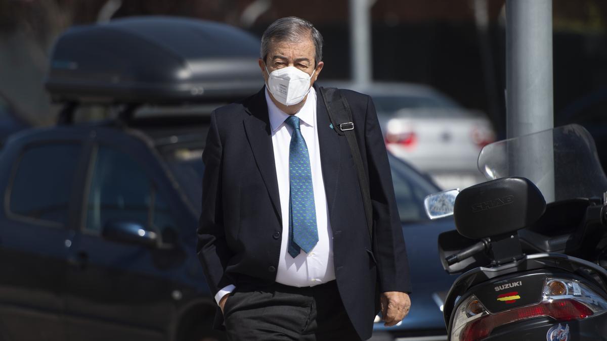 Francisco Álvarez-Cascos, en una foto de archivo, se dirige a la Audiencia Nacional para declarar en el juicio de la caja B.