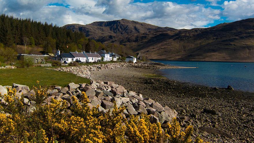 Casas blancas a orillas de Upper Loch. Stefan Magdalinski