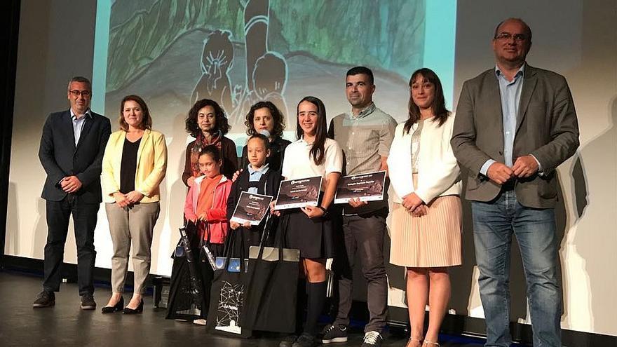 Los ganadores del Concurso de Dibujo Infantil con las autoridades.