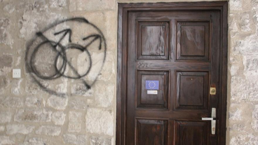 Pintada homófoba en la puerta de la organización Domine, antes de la celebración del Día del Orgullo en Split, Croacia, Junio 2011. Por Tomislav Ladišić
