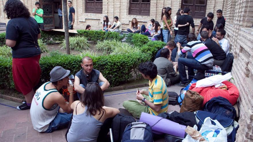 Un grupo de estudiantes, en el patio de Filosofía y Letras. | MADERO CUBERO