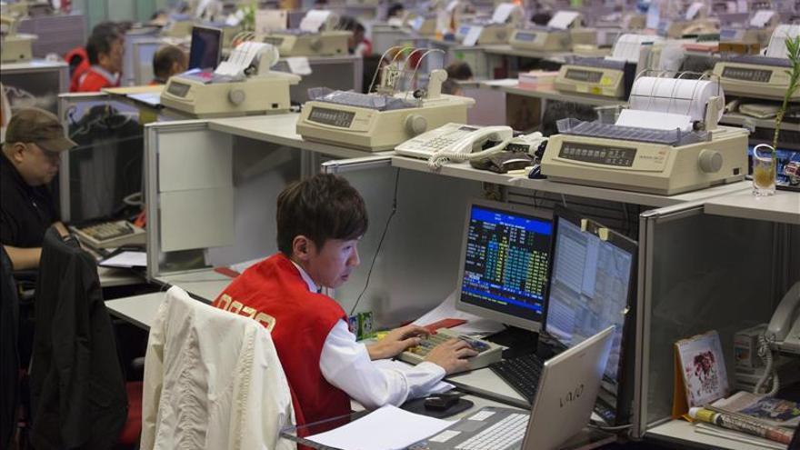 El índice Hang Seng baja 14,09 puntos, el 0,06 por ciento, a media sesión