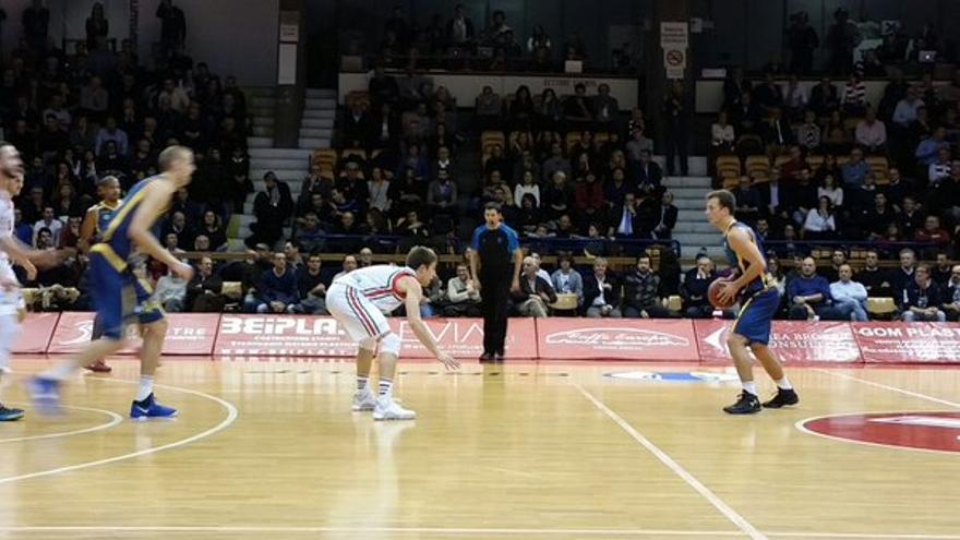 El jugador del Herbalife Gran Canaria, Kevin Pangos, controla un balón men el partido frente al Reggia Emilia italiano.