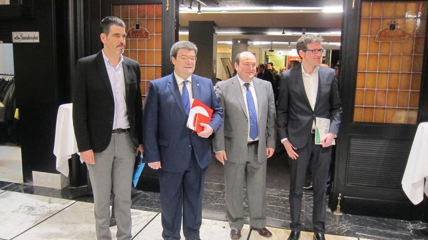 Andoni Ortuzar, con traje gris, junto a los tres candidatos a las alcaldías de las capitales vascas.