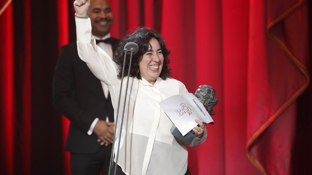 Arantxa Echevarria con el Goya a Mejor dirección novel en 2018 por 'Carmen y Lola'