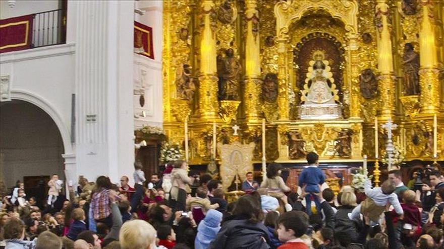Presentar a los niños ante la Virgen del Rocío, una tradición que no decae