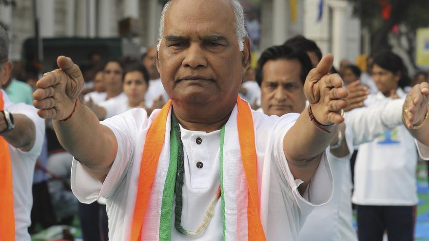 El candidato presidencial Ram Nath Kovind practica yoga para celebrar el Día Internacional del Yoga en Nueva Delhi el pasado mes de junio.
