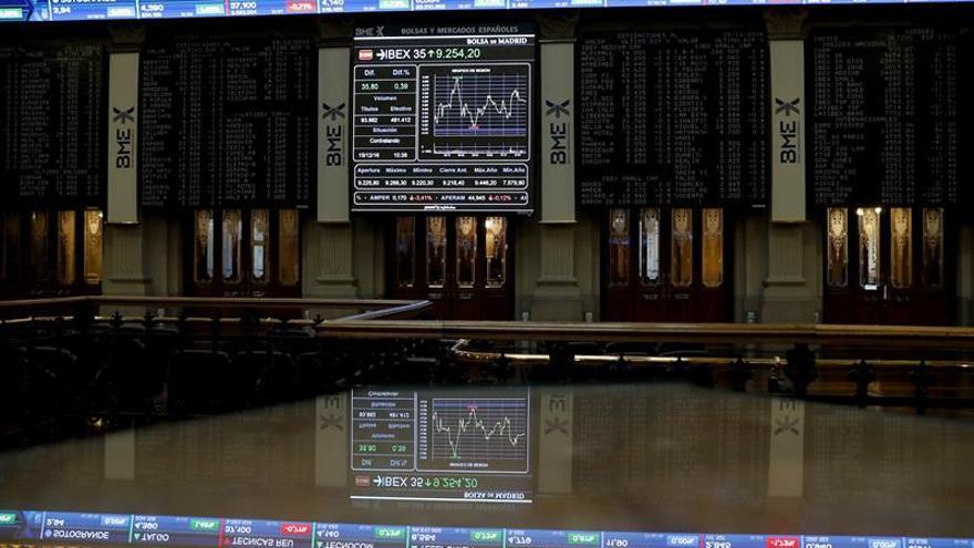 La Bolsa española cae un 0,35 % en la apertura, pero aguanta los 9.300 puntos