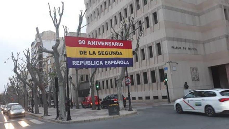 """Vox y PP, en contra de la bandera republicana en una plaza en Albacete: """"Viola la neutralidad de los espacios públicos"""""""