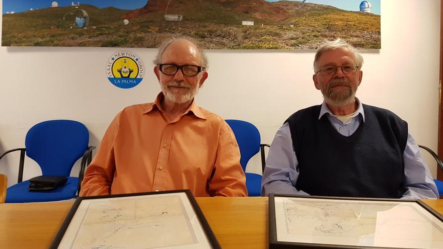 Crispin Heath y Thomas Gough, este lunes, en La Palma, con los croquis originales que dibujó en 1972 Guillermo Rodríguez para subir al Roque de Los Muchachos.
