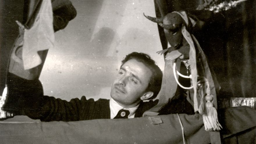 Prieto lleva en la mano al general Mola disfrazado con cabeza de toro