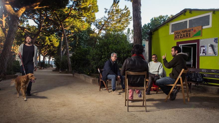 Membres de Babord durant l'entrevista davant del casal Atzari, on es reuneixen / ENRIC CATALÀ