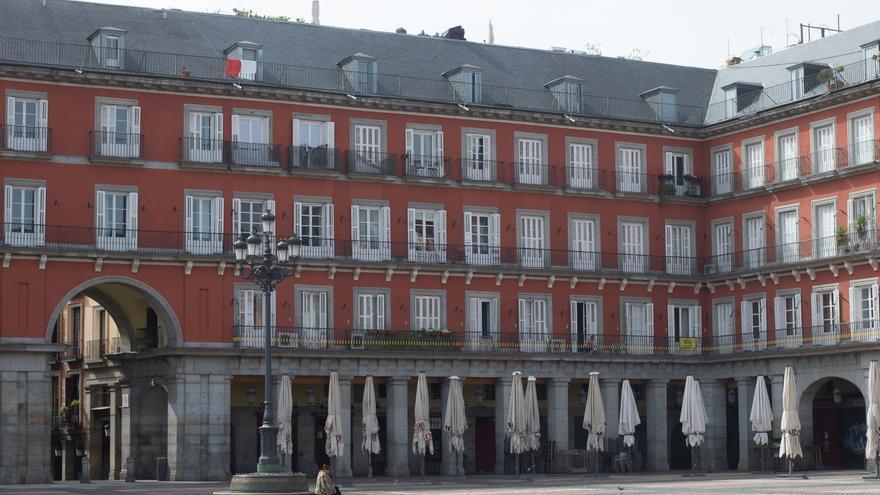 La céntrica Plaza Mayor de Madrid prácticamente vacía durante el cuarto día del estado de alarma por coronavirus en una imagen de archivo.
