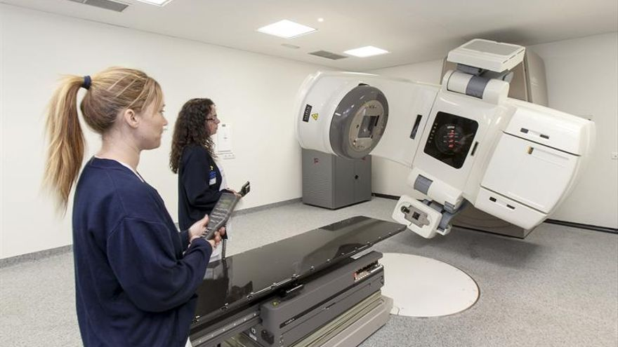 Dos técnicas sanitarias del Hospital Universitario Doctor Negrín de Las Palmas de Gran Canaria, controlan el nuevo acelerador lineal para el tratamiento con radioterapia de pacientes oncológicos de este hospital. (Efe/Ángel Medina G.)