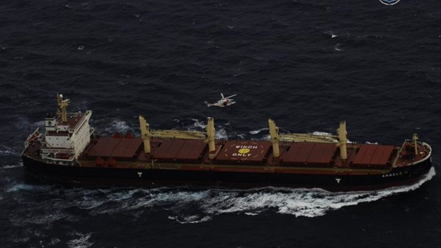 Imagen de 'Helimer205' evacuando, a 348 Km de El Hierro, dos tripulantes de bote a remos, rescatados por buque 'Angele N'