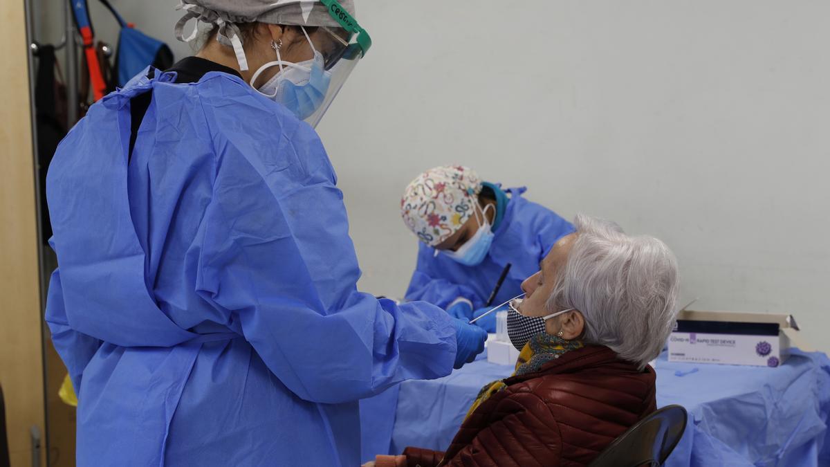 Personal sanitario en una residencia de ancianos.